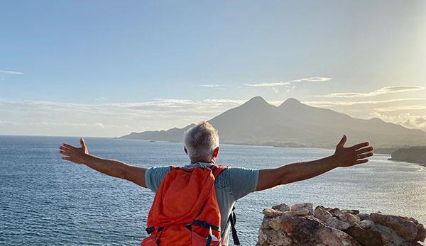 Jean-Marc embrasse le paysage lors d'un trekking d'entreprise avec coaching dans la nature